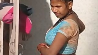 bhabhi from lucknow caught by neighbour taking shower in open